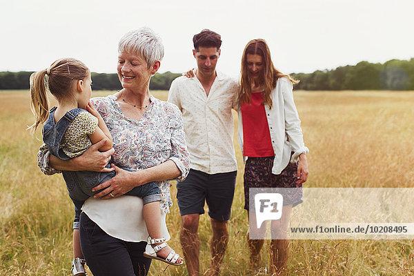 Mehrgenerationen-Familienwandern im ländlichen Raum