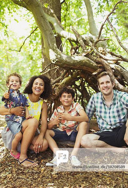 Portrait lächelnde Familie im Wald