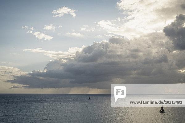 Wolke Ozean unterhalb Segelboot