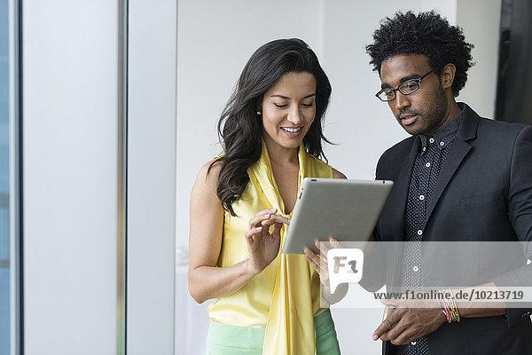 benutzen Mensch Büro Menschen Hispanier Tablet PC Business