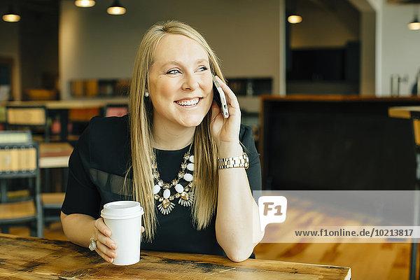 Handy Europäer Geschäftsfrau sprechen Cafe