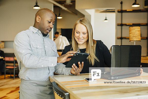 benutzen Geschäftsfrau Technologie Cafe barista