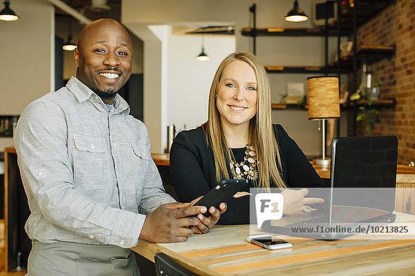 benutzen Geschäftsfrau Technologie Cafe Kellner