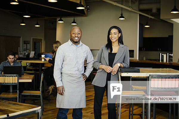 Geschäftsfrau lächeln Cafe Kellner