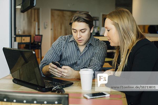 Handy benutzen Europäer Mensch Menschen Cafe Business