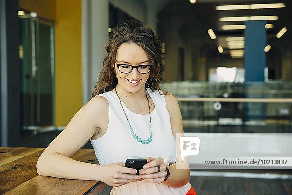Handy benutzen Europäer Frau Cafe