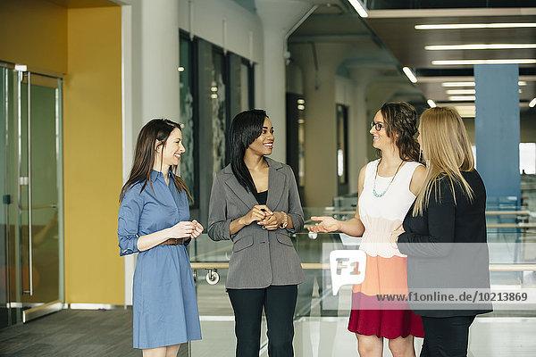 Geschäftsfrau sprechen Büro