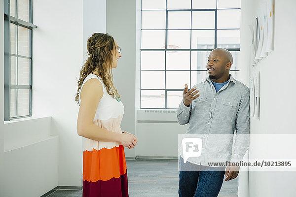 Mensch Diskussion Büro Menschen Wand Business Schreibarbeit