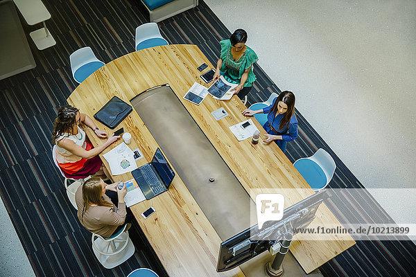hoch oben Geschäftsfrau arbeiten Büro Besuch Treffen trifft Ansicht Flachwinkelansicht Winkel