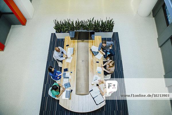 hoch oben Mensch Büro Menschen arbeiten Geschäftsbesprechung Besuch Treffen trifft Ansicht Flachwinkelansicht Winkel Business
