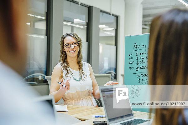 sprechen Mensch Büro Menschen Geschäftsbesprechung Besuch Treffen trifft Business