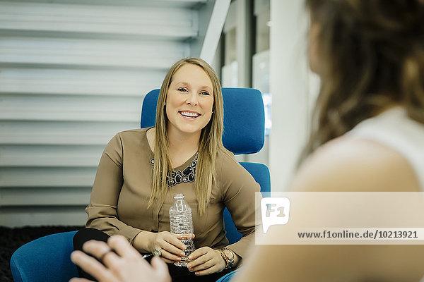 Eingangshalle Europäer Geschäftsfrau sprechen Büro