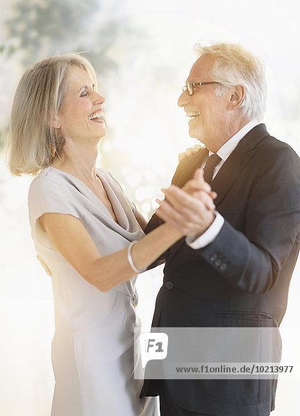 Europäer lächeln tanzen alt
