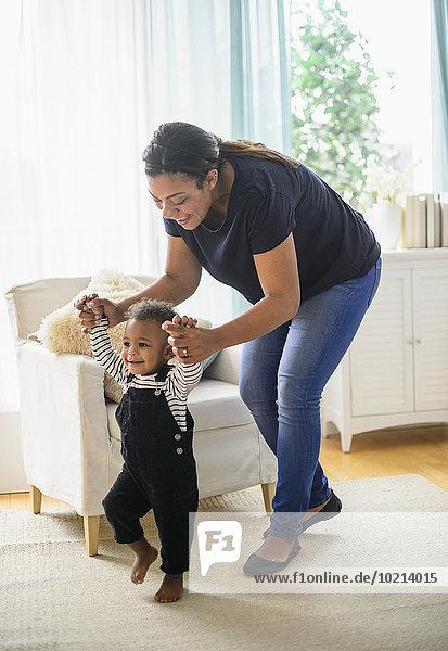 gehen Sohn Hilfe Zimmer mischen Wohnzimmer Mutter - Mensch Baby Mixed