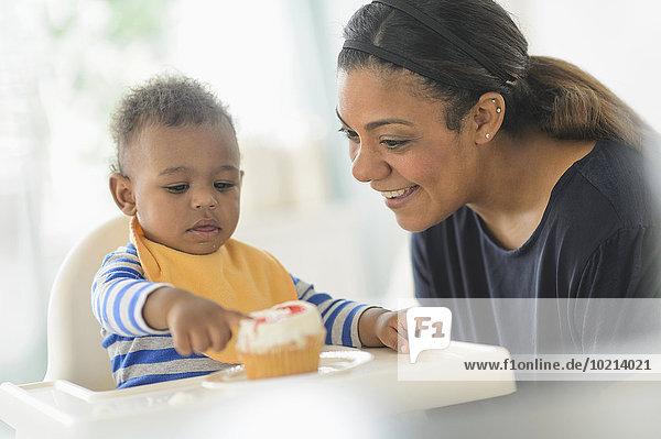 hoch oben geben Stuhl Sohn mischen cupcake Mutter - Mensch Baby Mixed