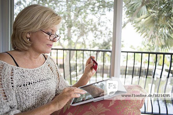 Europäer Frau Couch kaufen Tablet PC