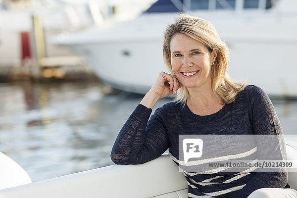 Fischereihafen Fischerhafen sitzend Europäer Frau Boot