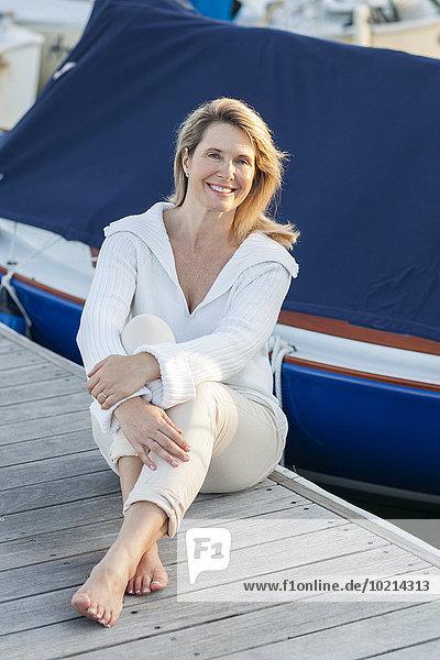 Fischereihafen Fischerhafen sitzend Europäer Frau Terrasse