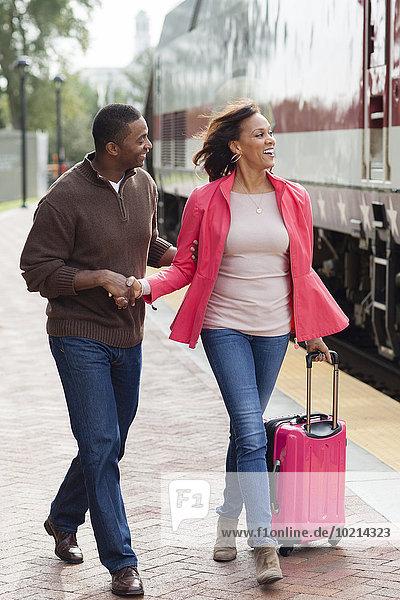 Mann Freundin gehen Haltestelle Haltepunkt Station Zug