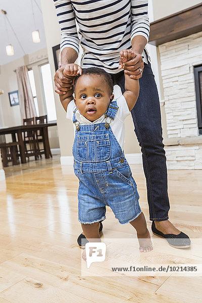 Boden Fußboden Fußböden gehen Sohn Hilfe Zimmer schwarz Wohnzimmer Mutter - Mensch Baby