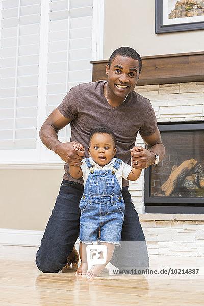 Boden Fußboden Fußböden gehen Menschlicher Vater Sohn Hilfe Zimmer schwarz Wohnzimmer Baby