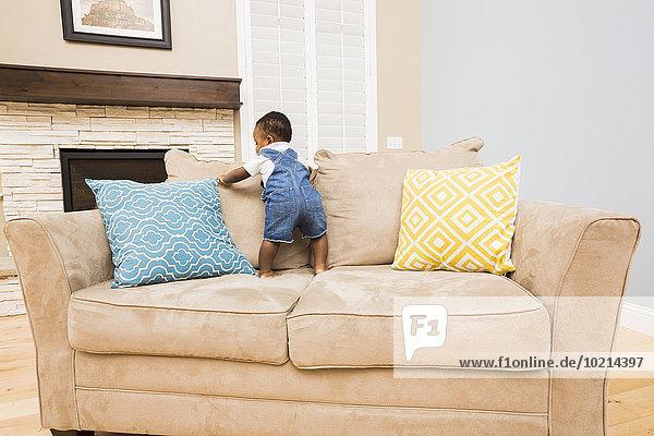 Couch Zimmer schwarz Wohnzimmer Baby klettern