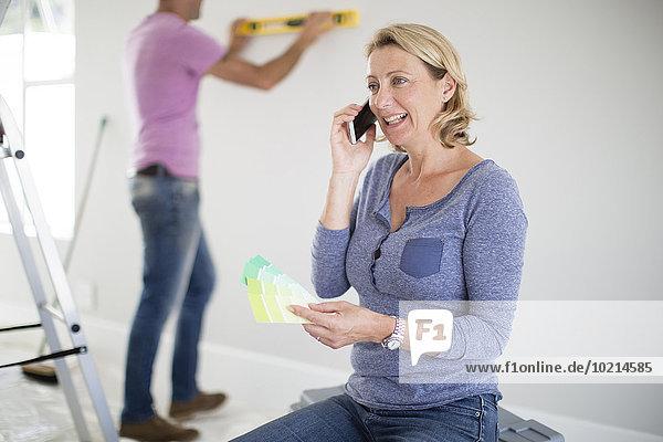 Handy Europäer Frau sprechen Eigentumswohnung neues Zuhause