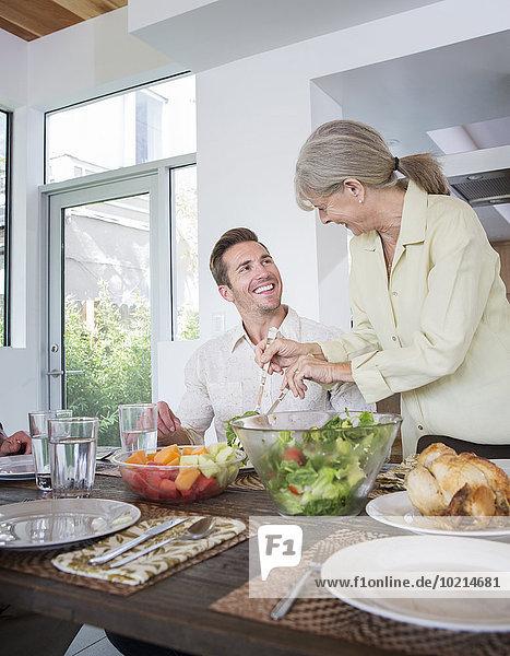 Europäer geben Sohn Tisch Mutter - Mensch