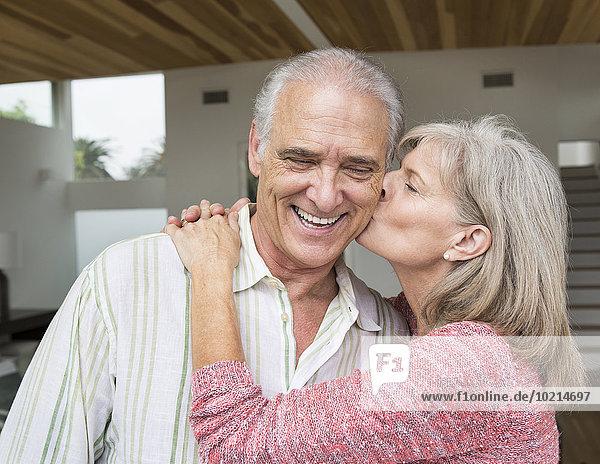 Europäer Frau küssen Close-up alt Ehemann