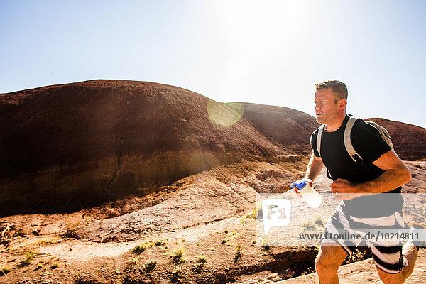 Europäer Mann Hügel rennen Wüste