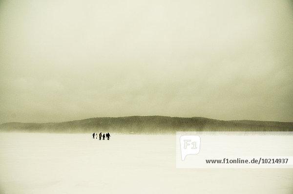 Europäer gehen Schnee Feld wandern