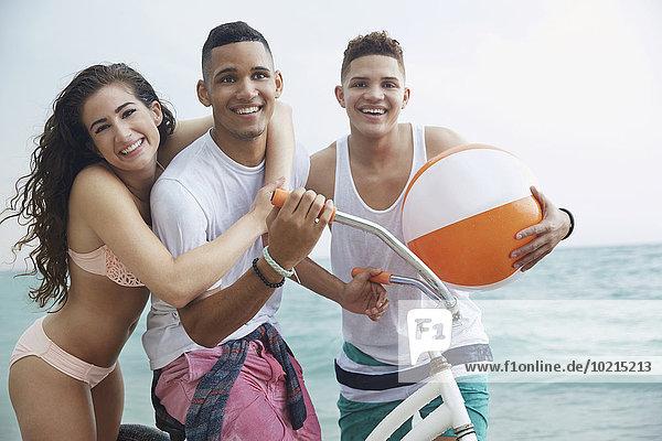 Freundschaft umarmen lächeln Strand