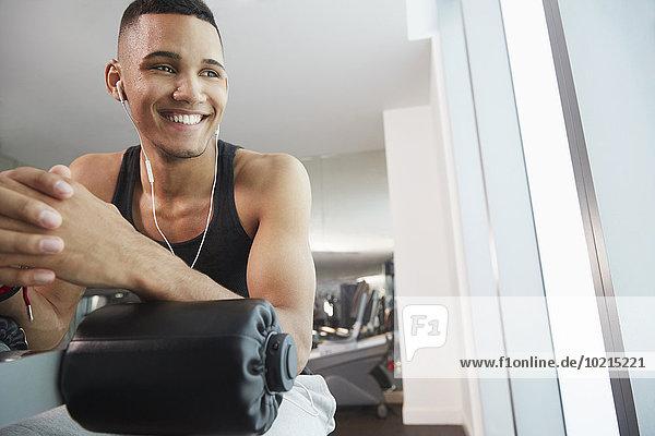 Fitness-Studio Mann lächeln üben Maschine schwarz