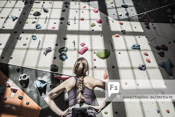 Fitness-Studio Wand Athlet Untersuchung