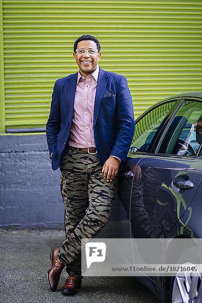angelehnt Lifestyle Geschäftsmann Auto mischen Mixed