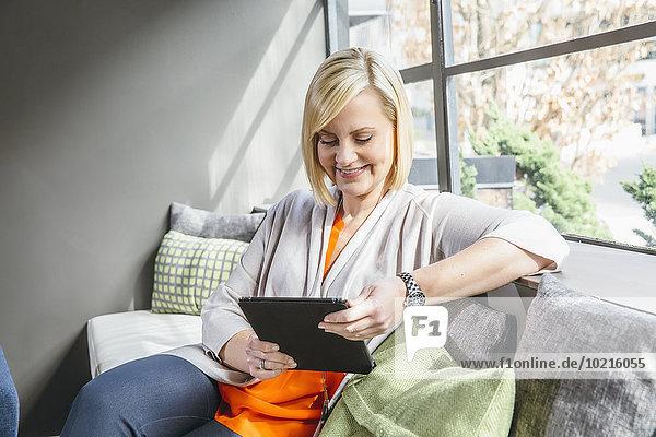 benutzen Eingangshalle Europäer Geschäftsfrau Büro Tablet PC benutzen,Eingangshalle,Europäer,Geschäftsfrau,Büro,Tablet PC