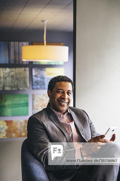 Handy benutzen Eingangshalle Geschäftsmann mischen Büro Mixed