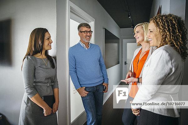 Korridor Korridore Flur Flure sprechen Mensch Büro Menschen Business