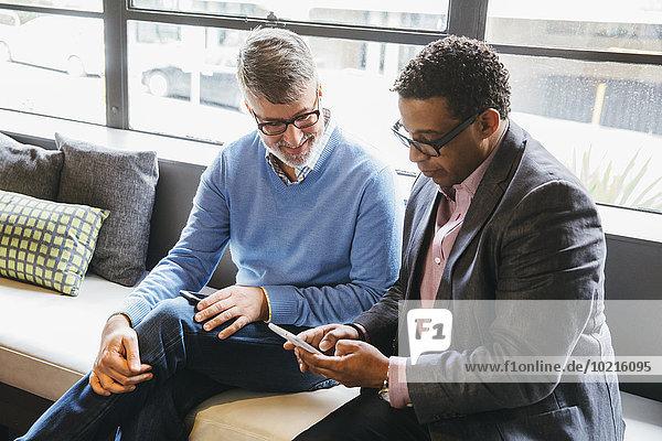 Handy benutzen Geschäftsmann Büro Handy,benutzen,Geschäftsmann,Büro