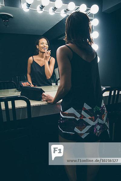 eincremen verteilen Frau Schminke schwarz Narzissmus auftragen Spiegel eincremen,verteilen,Frau,Schminke,schwarz,Narzissmus,auftragen,Spiegel