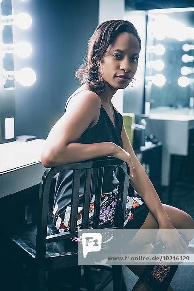 sitzend Frau schwarz Narzissmus Spiegel