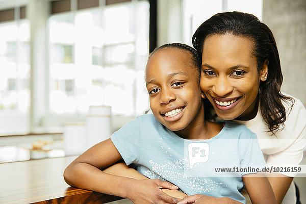 umarmen schwarz Tochter Mutter - Mensch