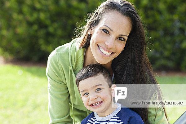 Außenaufnahme lächeln Sohn Hispanier Mutter - Mensch freie Natur