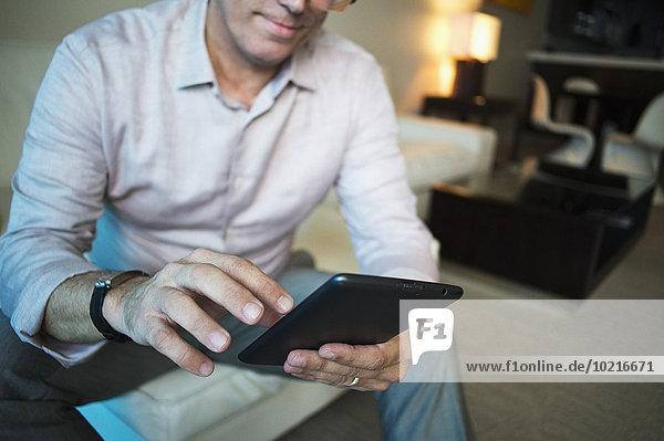 benutzen Europäer Geschäftsmann Zimmer Hotel Tablet PC