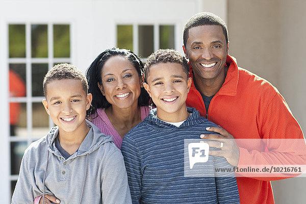 Außenaufnahme lächeln Menschlicher Vater Sohn Mutter - Mensch freie Natur