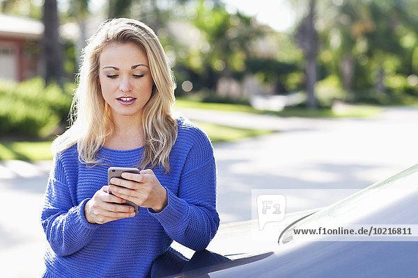 Handy Außenaufnahme benutzen Europäer Frau Auto