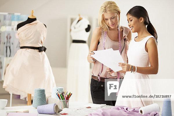 Zusammenhalt arbeiten Designer Studioaufnahme Mode