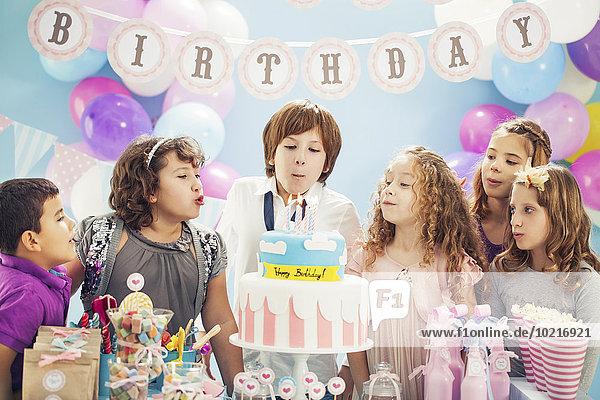 Junge - Person Party Geburtstag Kuchen Kerze Kerzen ausblasen