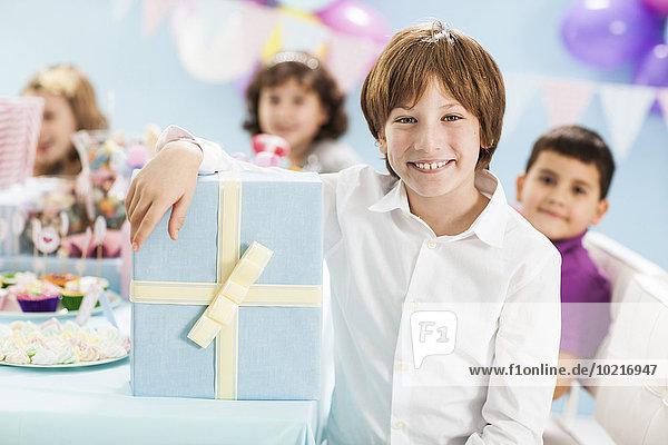 Geschenk lächeln Junge - Person Party Verpackung Geburtstag umwickelt