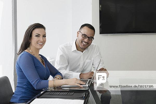 Mensch Geschäftsbesprechung Menschen lächeln Zimmer Business Konferenz